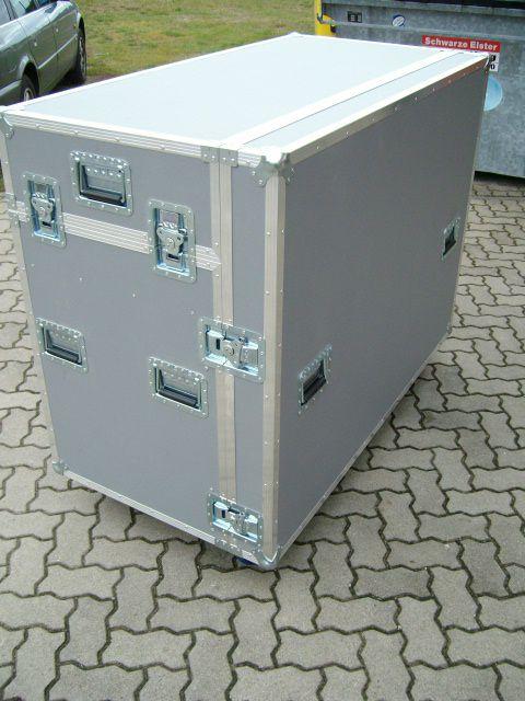 """Case für ein Soundcraft VI4 Digitalmischpult welches gleichzeitig als Tisch auf Arbeitshöhe dient mit darunterliegenden 19"""" Einbauten für die Lokalbox sowie etwaiges Outboard Equipment"""